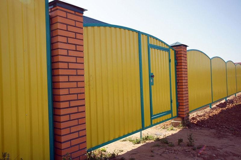 забор из яркого профнастила