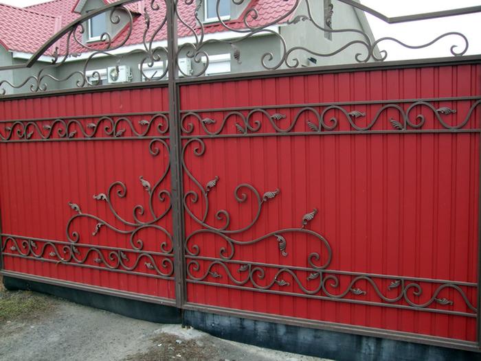 Заборы из профнастила с элементами ковки