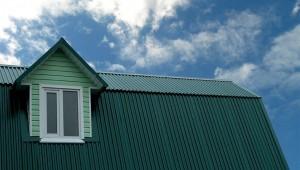 Заборный профнастил для крыши: целесообразно ли?